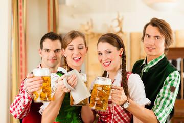 Junge Leute in Bayerischer Tracht in Wirtschaft