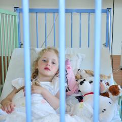 Kleines krankes Kind in der Klinik