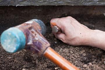 handwerker spitzt alten Mörtel weg
