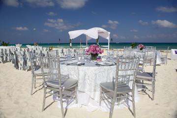 Tavoli allestiti per matrimonio sulla spiaggia