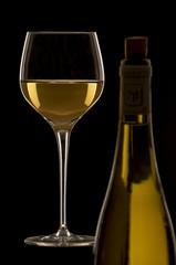 Weißwein im Glas mit Flasche