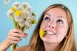 Wünschen: Junge Frau mit Pusteblumen