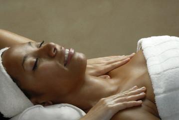 Mujer morena recibiendo un masaje en un spa,latina en un spa.