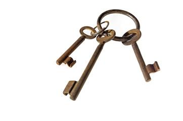Drei alte rostige Schlüssel an Schlüsselring