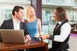 Arbeitskollegen - Mann und Frau - sitzen in Cafe