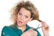 frau schneidet schockiert ihre haare ab
