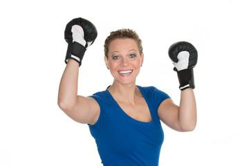junge frau mit boxhandschuhen jubelt