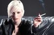 Junge Frau mit Zigarette blickt sexy