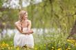 Verträumte Frau sitz in der Wiese