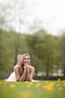 Hübsche Frau liegt im Gras