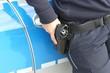 Polizei mit Hand an der Waffe