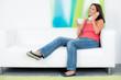 junge frau telefoniert entspannt  auf der couch