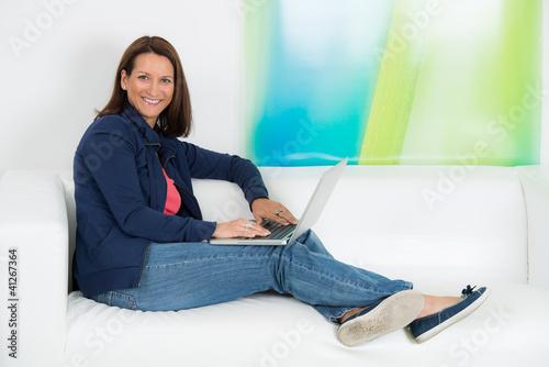 frau arbeitet am notebook von zuhause