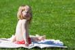 kleines Mädchen sitzt auf der Wiese