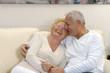 Amor de una pareja adulta en casa.abuelos en casa.