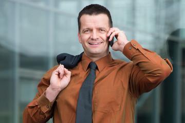 manager telefoniert unterwegs zum nächsten termin