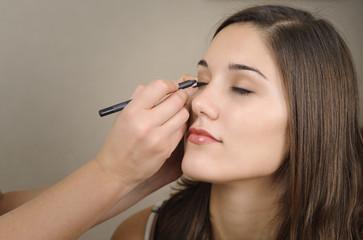 Mujer siendo maquillada