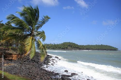 la mer la plage et le ciel bleu