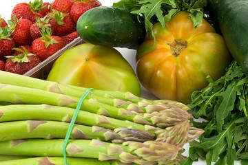 asparagi, fragole, rucola, pomodori e cetrioli
