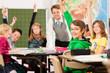 Schulkinder und Lehrer lernen an der Schule