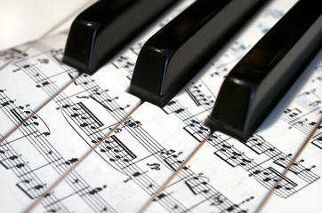 Teclas de piano con notas musicales