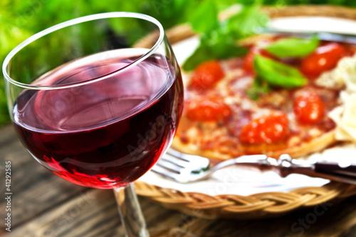 Rotwein und Pizza