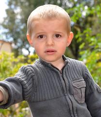 petit enfant blond inquiet