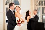 Fototapety Braut und Bräutigam beim Hochzeitswalzer