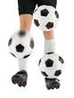 Drei Fußbälle mit den Füßen jonglieren