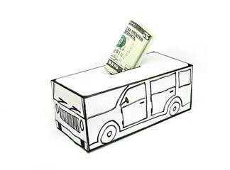 Cofre para compra de carro com nota de cinco dólares.