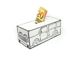 Cofre para compra de carro com vinte reais depositado.