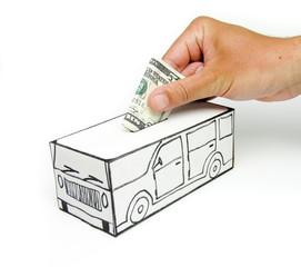 Cofre para compra de carro com nota de cinco dólares depositada