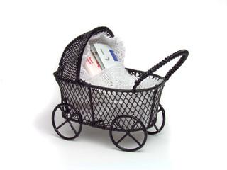 Carro de bebê e notas de euro.
