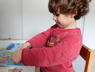 enfant jouant au puzzle