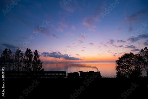 夜明けの湖畔とSL