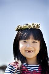花冠を乗せている女の子