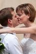 Jeunes mariés s'embrassant tendrement - LO