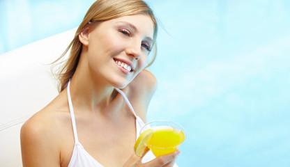Schöne Frau trinkt Cocktail