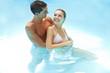 Lachendes Paar gemeinsam im Pool