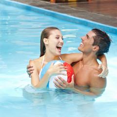 Heiteres Paar im Pool