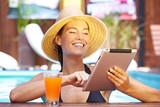Fototapety Lachende Frau mit Tablet-PC
