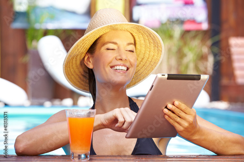 Lachende Frau mit Tablet-PC