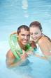 Mann lernt schwimmen mit Schwimmring