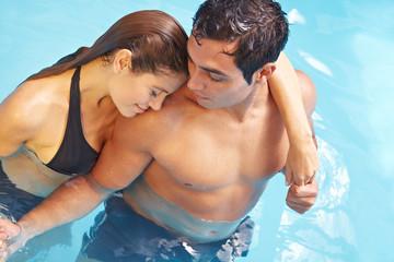 Paar kuschelt im Pool