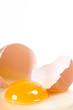 ein rohes Ei zerbrochen auf weißem Hintergrund
