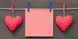 Zwei rote Herzen mit Zettel - Love Concept