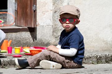 Enfant qui joue dans le jardin