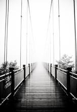 Widok na pieszych drewniany most w mgle