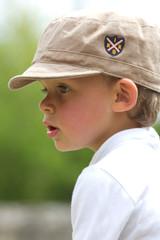 Jeune garçon au jardin
