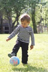Enfant qui joue au ballon